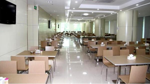 还记得学校食堂的那些形形色色的餐桌椅吗?